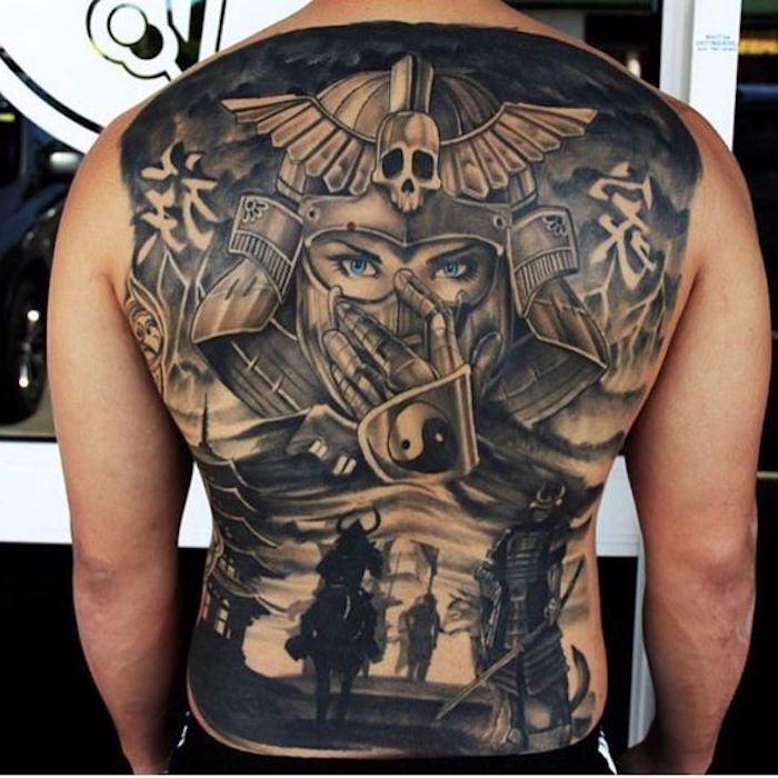 kämpfer tattoo, rücken tätowieren, rückentattoo, frau mit blauen augen