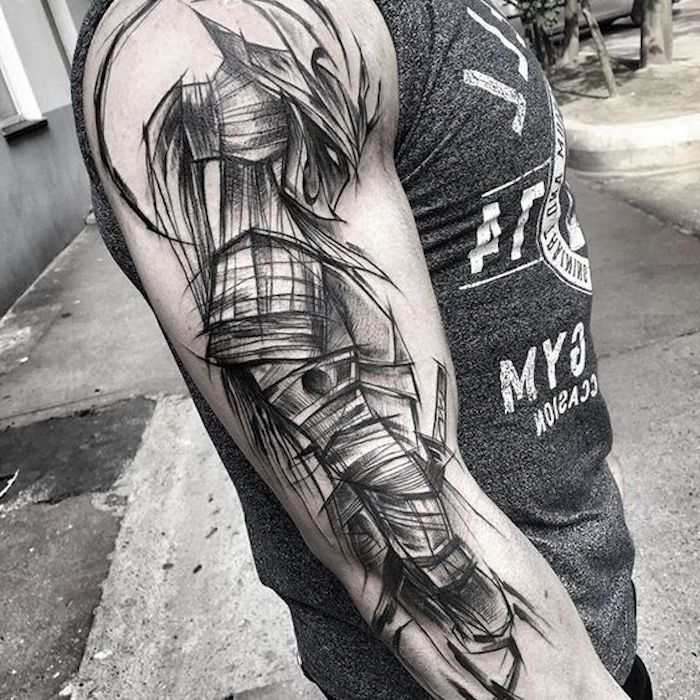 kämpfer tattoo, graues t-shirt, mann, helm, maske
