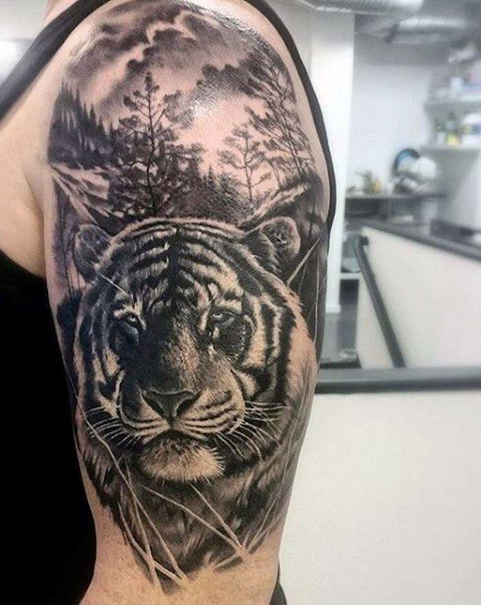 tiger tattoo, mann, oberarm, oberarmtattoo, wald