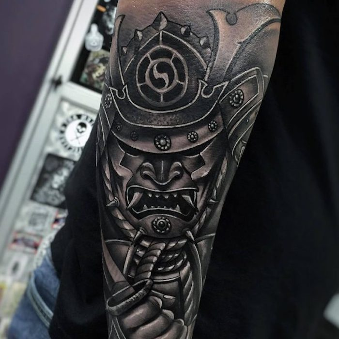 kämpfer tattoo, helm, maske, große zähne, armtattoo