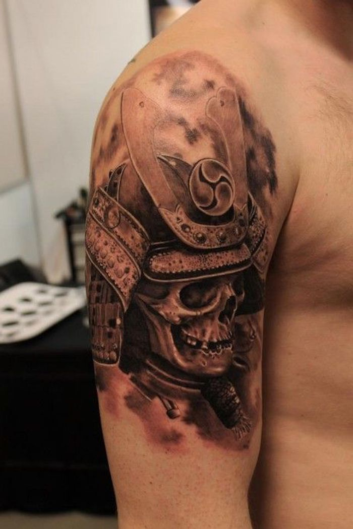 kämpfer tattoo, schädel, hem, oberarmtattoo, japanische tätowierung