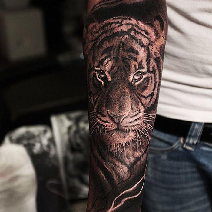 tiger tattoo, jeans, weißes t-shirt, armtattoo, arm