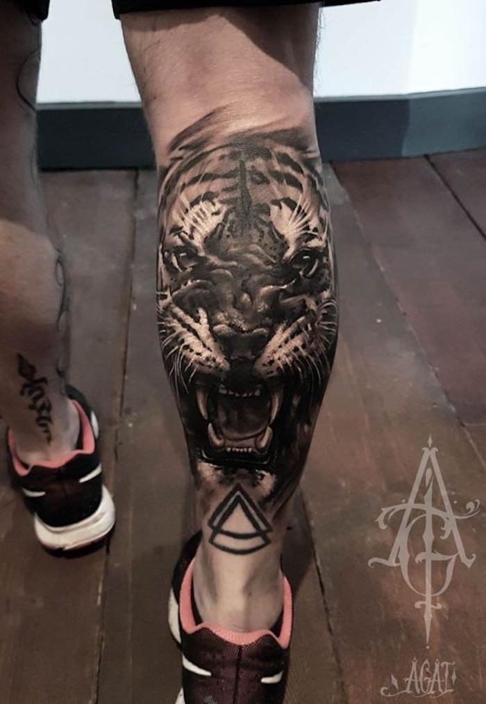 tiger tattoo, sportschuhe, tigerkopf, mann, bein tätowieren