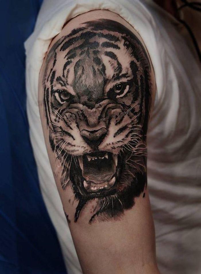 tiger tattoo, mann, oberarm, oberarmtattoo, weißes t-shirt