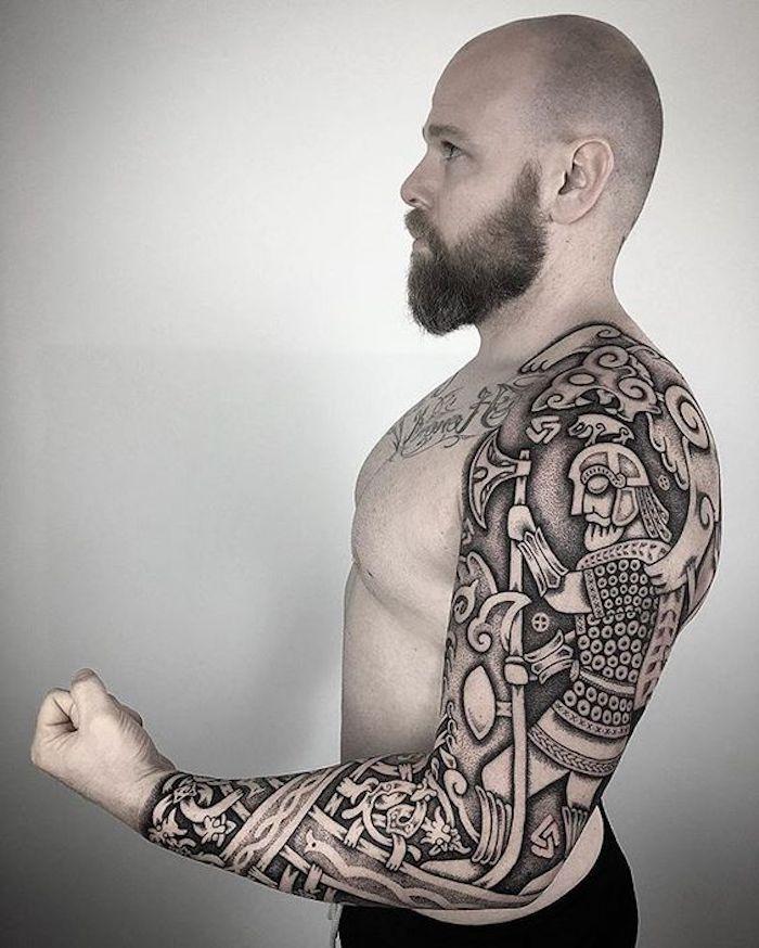 viking tattoo, mann mit langem bart, tattooärmel, tätowierungen in schwarz und grau