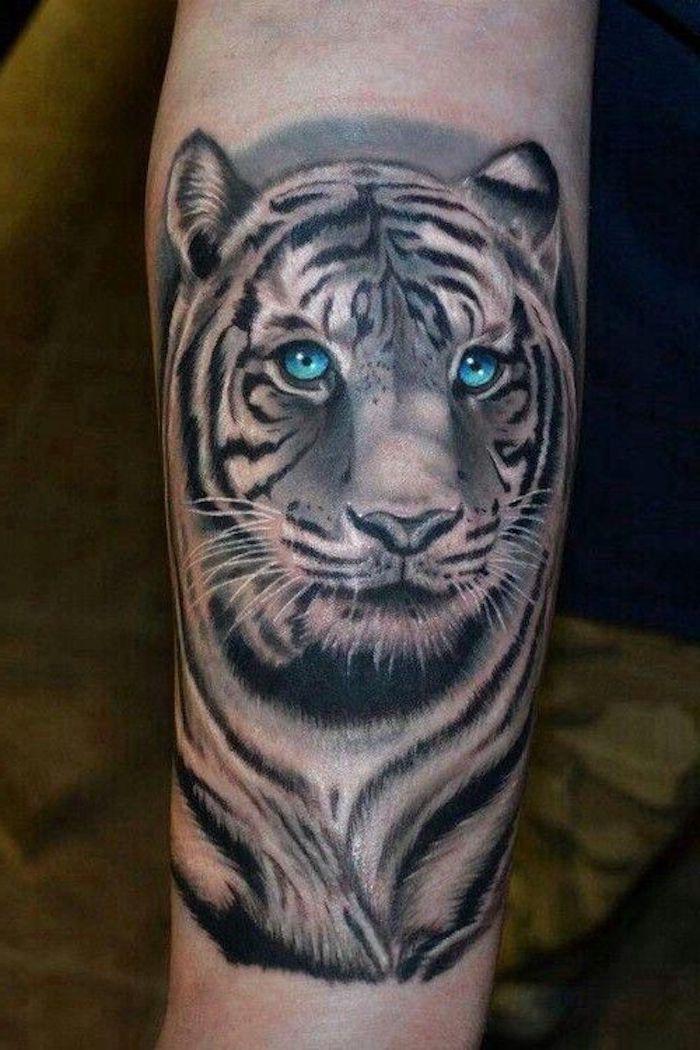 tigerkopf tattoo, weißer tiger mit blauen augen, tätowierung in schwarz und weiß