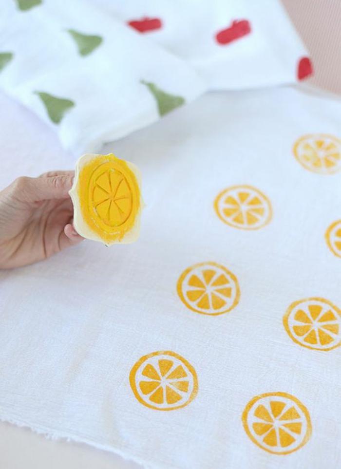 stempel aus holz, weißer stoff stempeln, gelbe farbe, zitrone