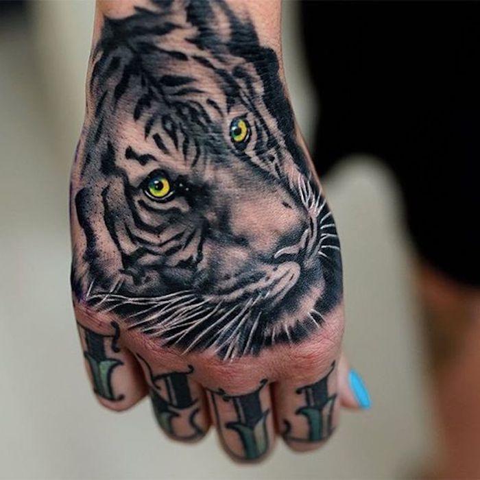 tigerkopf tattoo, fingertattoo, frau, handtattoo, hand