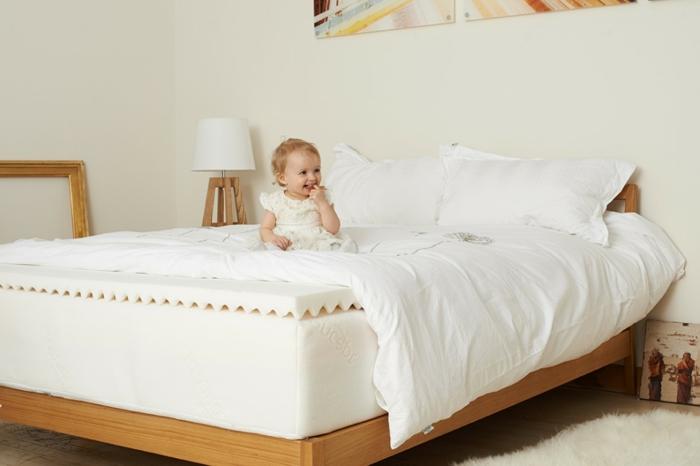 weiche Matratze gesund schlafen großes Bett im Schlafzimmer