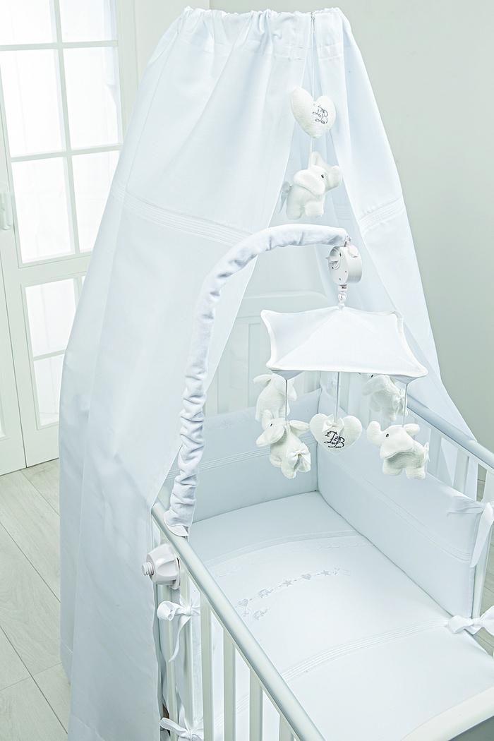 Babybett mit Himmel und Plüschmobilen, Ideen für Jungenzimmer in Hellblau