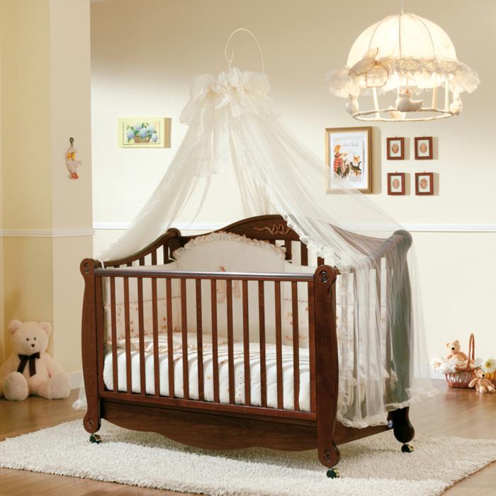 Holzbett mit Rollen und weißem Himmel, Babyzimmer in Hellgelb streichen, Ideen für Einrichtung und Deko