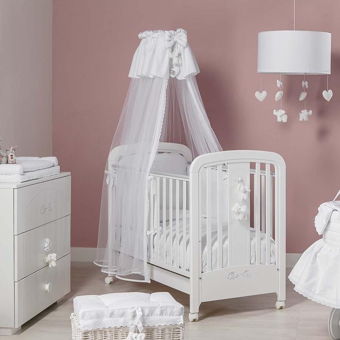 weißes Babybett mit Himmel und Rollen, Rosa Zimmer mit Holzmöbeln, Ideen für Mädchenzimmer