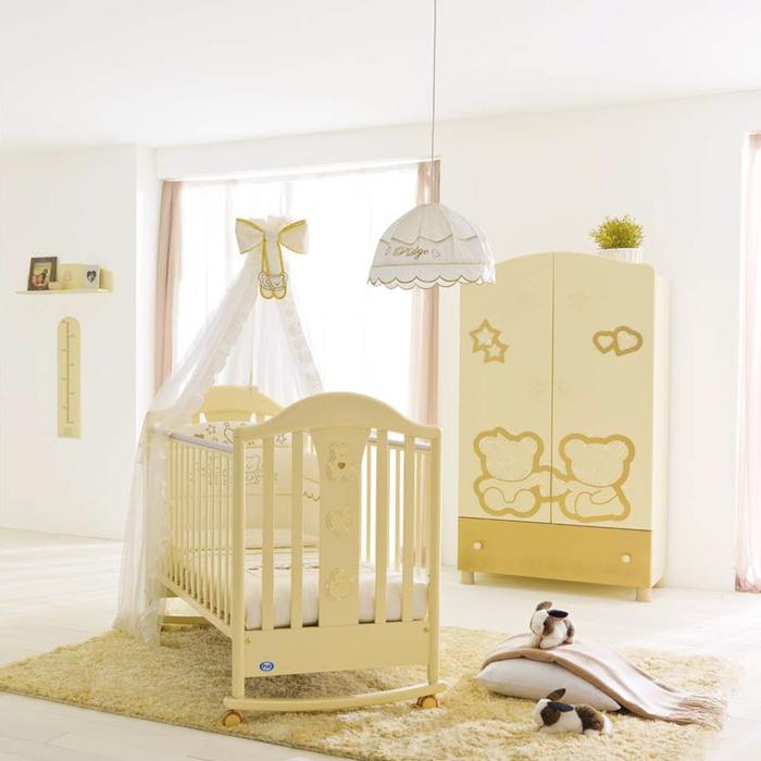 Babyzimmer einrichten, gelbe Möbel und weiße Wände, Babybett mit Himmel und Rollen, schön und praktisch