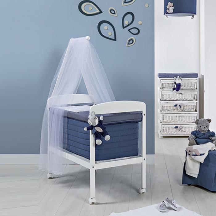 Babyzimmer für Jungen in Blau und Weiß, Himmelbett mit Rollen, Kuschelbären