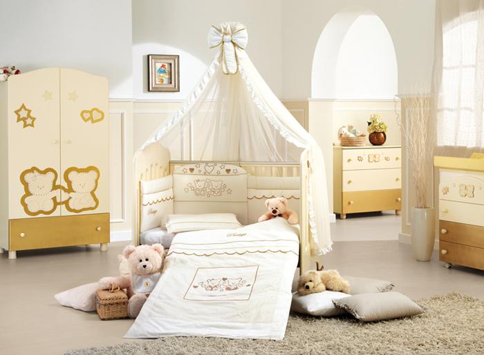 Babyzimmer in Gelb und Weiß, mit Holzmöbeln eingerichtet, Kuschelbären, Ideen für Deko