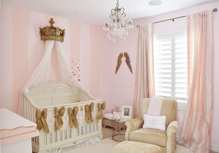Babyzimmer für kleine Prinzessinnen, Babybett mit Himmel, Krone und Bändchen, rosa Wände, verspielter Kronleuchter