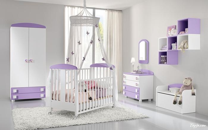 Babyzimmer in Weiß und Lila, Betthimmel mit Schmetterlingen, Holzmöbel, Ideen für Mädchenzimmer