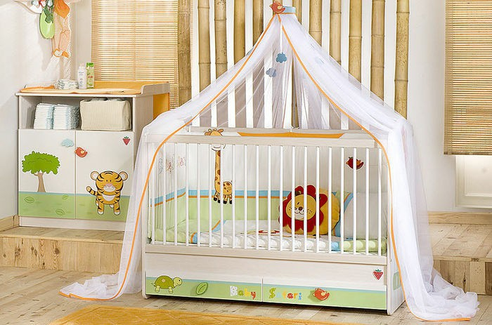 Babyzimmer in frischen Farben, süße Tiere als Dekoration, Himmelbett, Ideen für Einrichtung