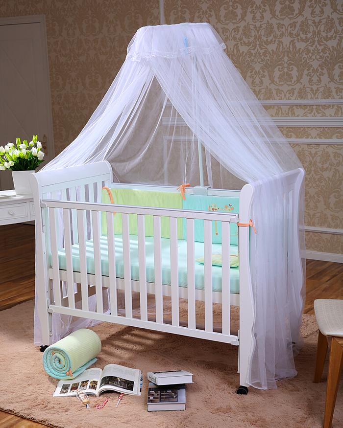 Babybett mit weißem Himmel, grüne Bettwäsche, Ideen für Mädchen- und Jungenzimmer