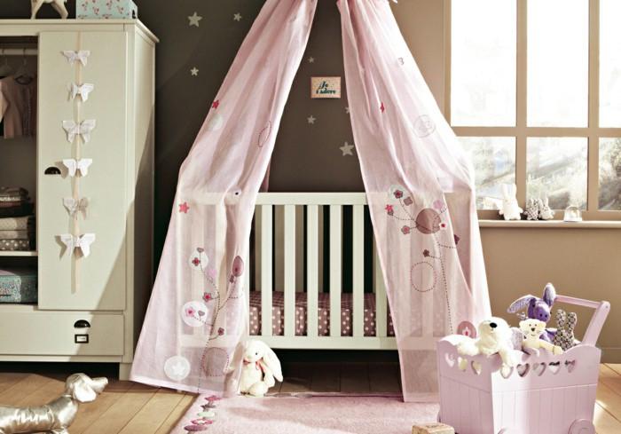 Babyzimmer für Mädchen in Pastelltönen, kleine Kuscheltiere, Babybett mit Himmel in Rosa