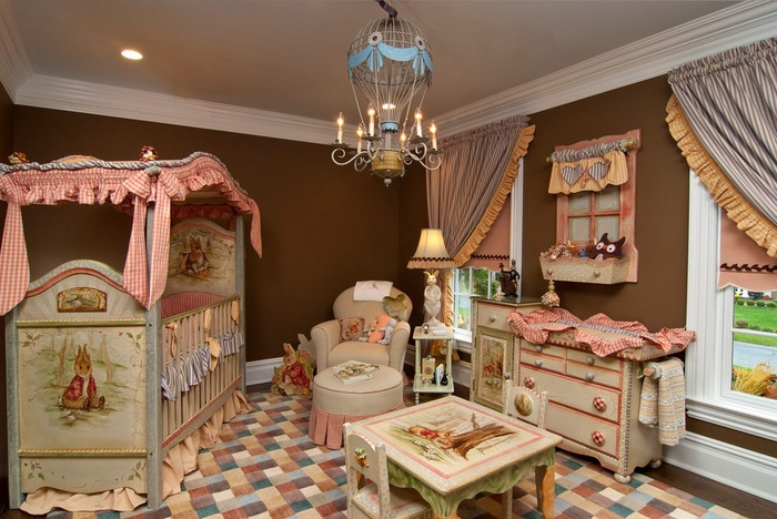 märchenhaftes Babyzimmer, Kronenleuchter als Ballon, Himmelbett, Kindermöbel, bunt und gemütlich
