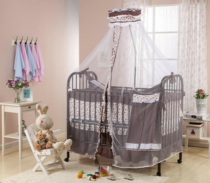 Babyzimmer für Mädchen und Jungen, braunes Himmelbett, Kuscheltier-Hase auf Stuhl, Holzmöbel