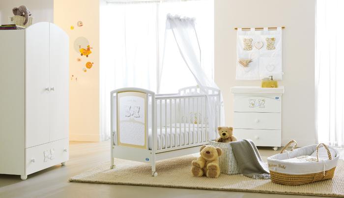 Babyzimmer in Pastelltönen, Himmelbett in Weiß und Gelb, Kuschekbären, Ideen für Einrichtung