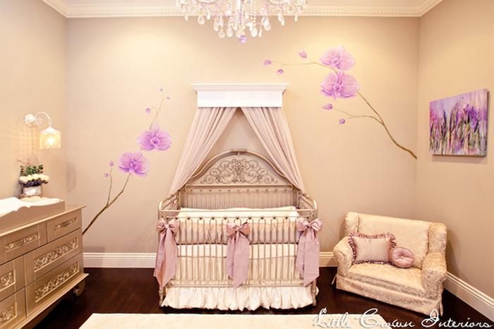luxuriöses Babyzimmer, Wanddeko-lila Blumen, verspielter Kronleuchter, Himmelbett
