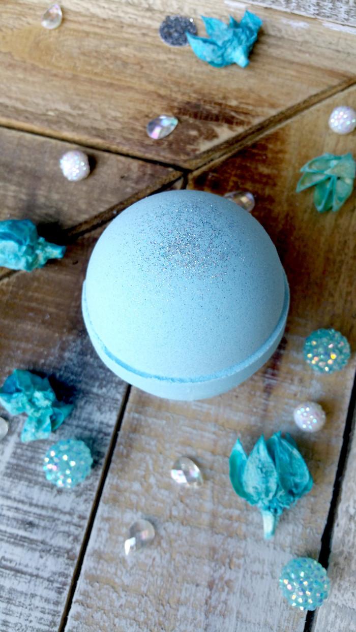 blaue badekugel, strassteine, strassteinchen, perlen