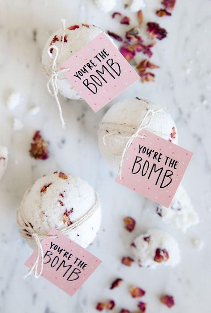 badekugel mit getrocknete rosenblätter, blumenblätter, du bist die bombe