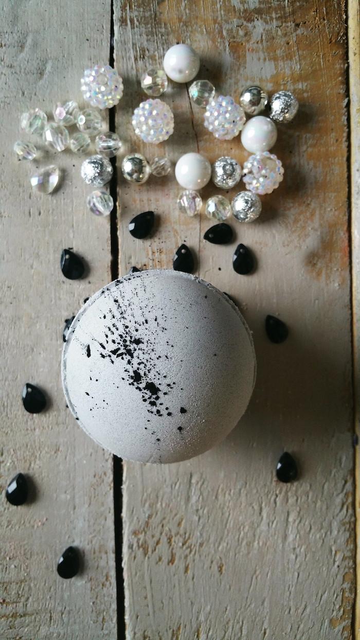 diy badekugel, schwarze kristalle, perlen, strasssteine
