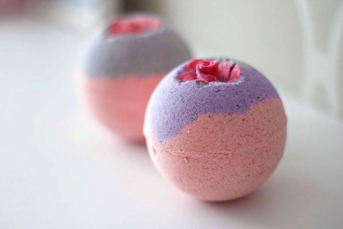 badekugel mit erdbeeren und himbeeren, rose, diy geschenk