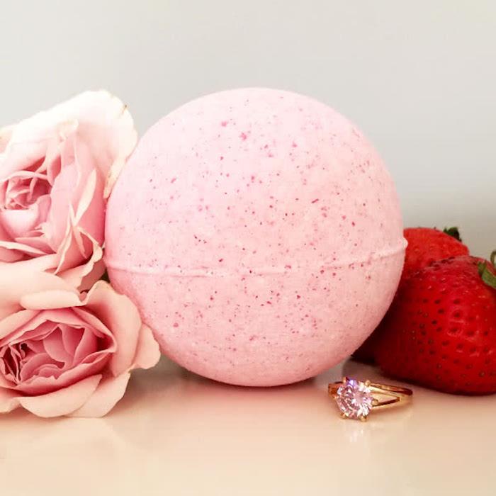 rosen, blumen, erdbeeren, goldener ring mit kristall