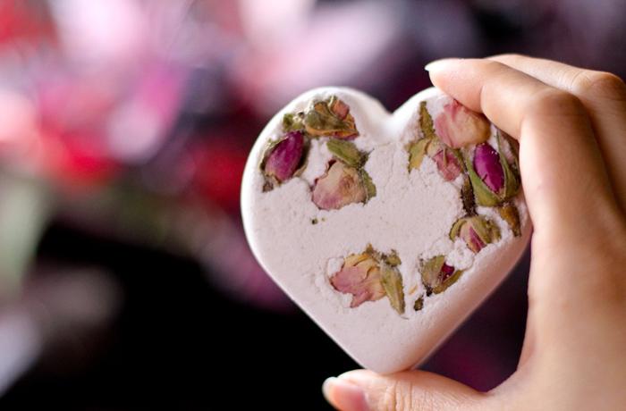 herz mit getrockneten blumen, rosen, rosenblätter, diy