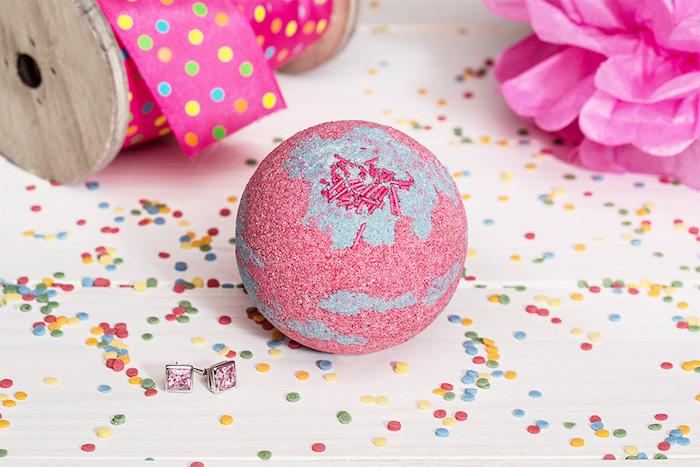 rosa blume aus seidenppier, konfetti, bepunktete rosa schleife