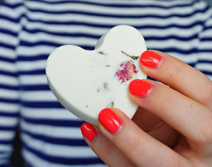 roter nagellack, gestreifte bluse in bau und weiß, herz