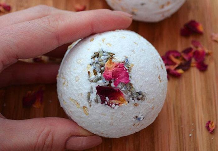 diy geschenk, getrocknete roseblätter, lavendel, lavendelsamen, backsoda