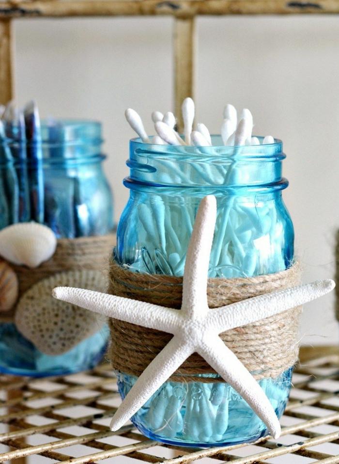 Badezimmer deko maritim, blaues Glas mit Wattestäbchen mit Seil und aufgeklebter Seestern und Muscheln