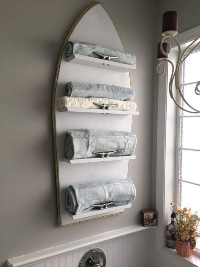 Badezimmer Deko Maritim, graues Surfbrett mit Handtüchern, Nautische Inneneinrichtung, Blumen an die Fensterbank,