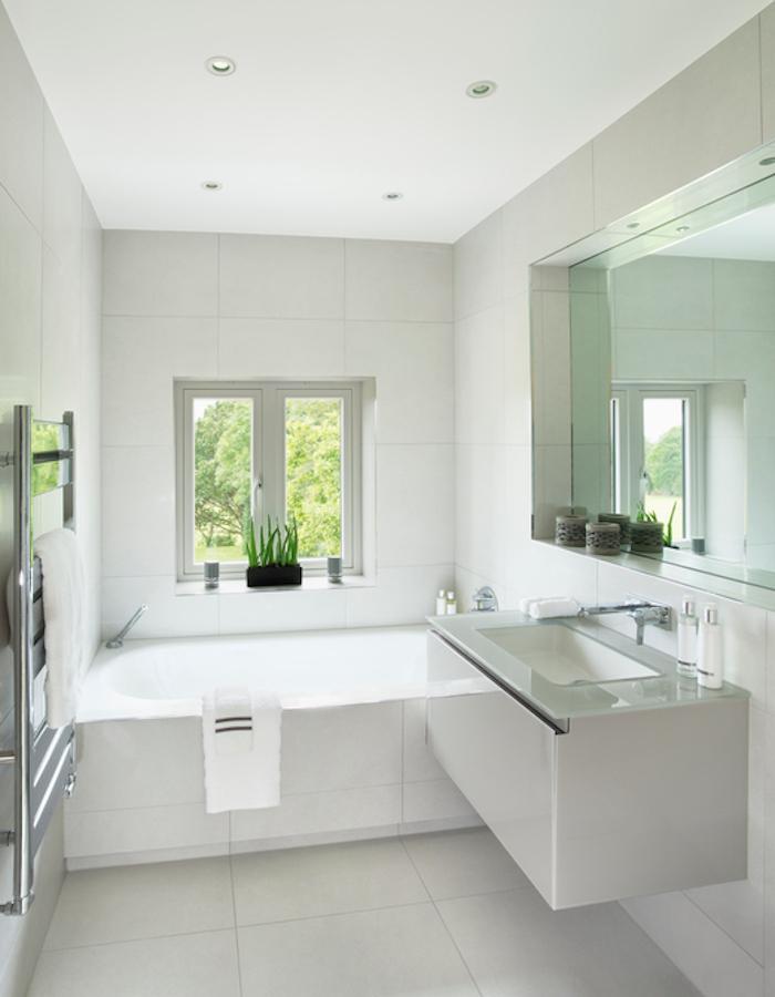 moderne badezimmermöbel, badezimmer in weiß, badewanne, waschbecken, spiegel