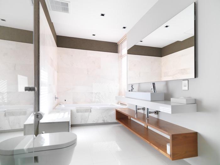 kleines bad einrichten, dabezimmermöbel, großer eckiger spiegel, helle farben