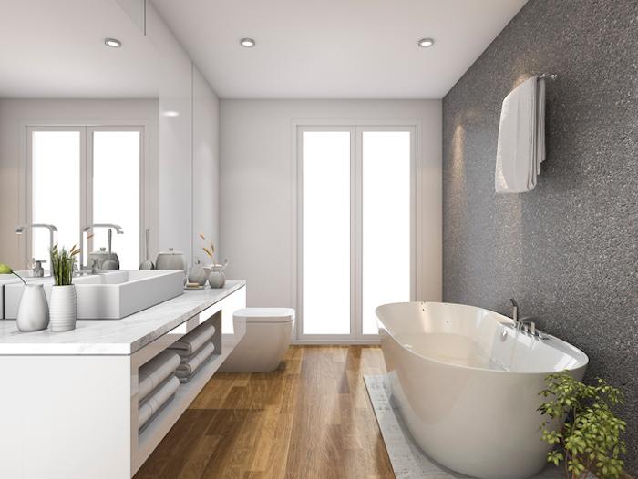 kleines bad einrichten, badezimmermöbel, ovale badewanne, großer spiegel