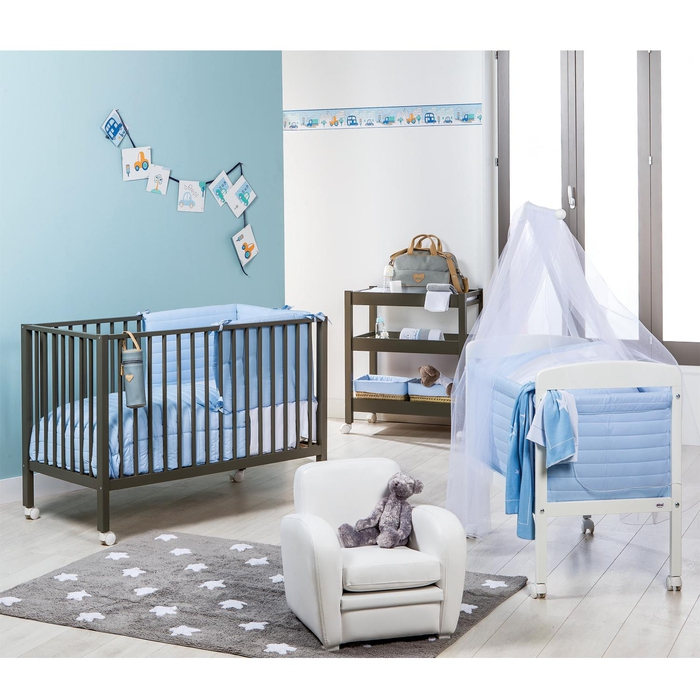 Jungenzimmer für zwei Babys, Wände in Blau und Weiß, Holzbetten mit Rollen, Ideen für Einrichtung