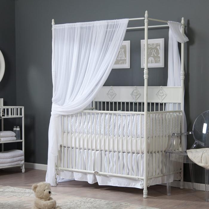 weißes Babybett mit Himmel, Einrichtung für Babyzimmer, graue Wände, kleines Kuscheltier
