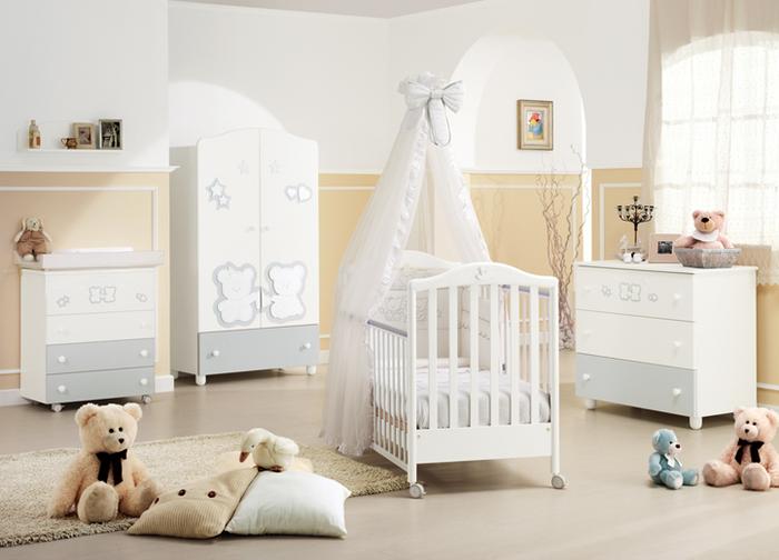 Babyzimmer einrichten und dekorieren, Wände in Gelb und Weiß, weiße Holzmöbel, Kuscheltiere auf dem Boden, Himmelbett