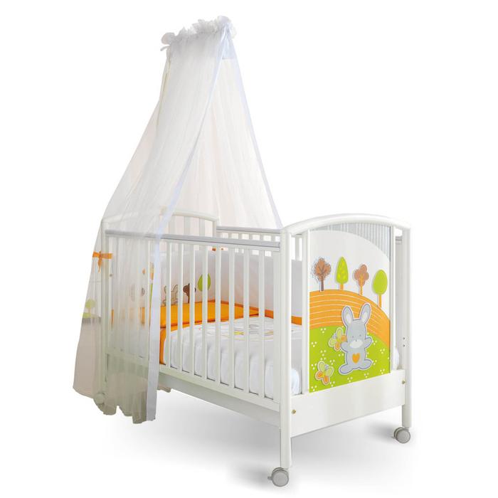 """weißes Himmelbett mit frischen Dekorationen, """"Hase im Wald"""", Möbel fürs Babyzimmer auswählen"""