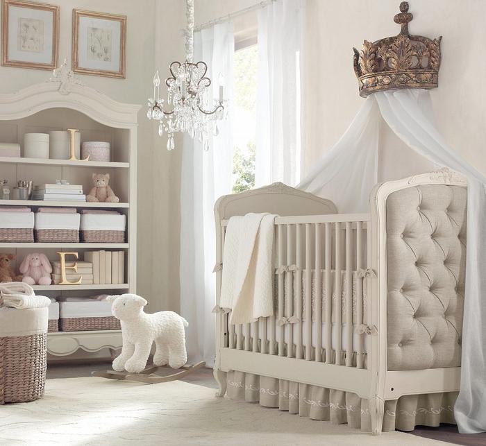 Babyzimmer in Shabby Chic, verspielter Kronleuchter, Möbel mit Altersspuren, Himmelbett, große Krone, Pastelltöne