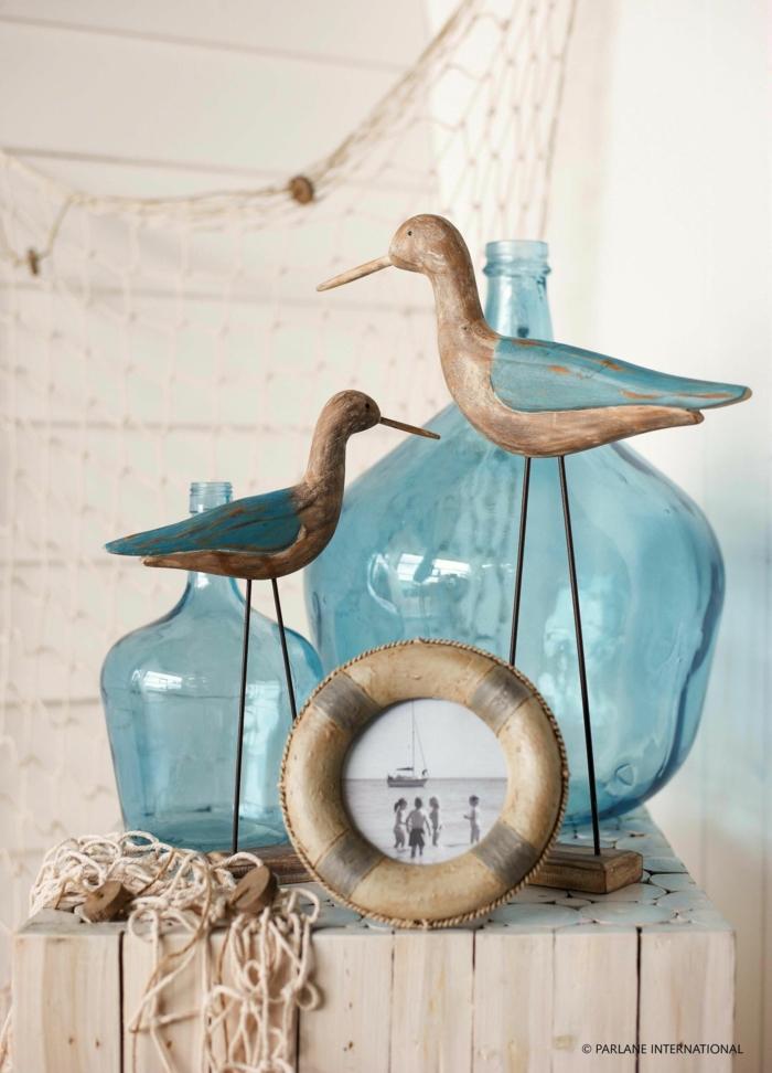zwei große blaue Flaschen, Möwen mit Blauen Flügeln, Badezimmer Deko Maritim, kleiner Rettungsringrahmen mit einem schwarz weißen Photo