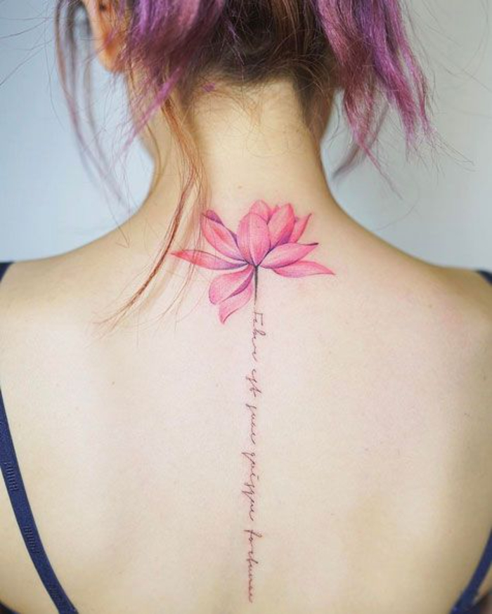 weibliche Tattoo-Motive, rosa Lotus und Handschrift, Tattoo am Rücken, coole Ideen