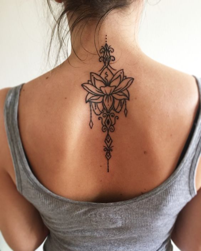 Rücken Tattoos für Frauen, Lotus, Blume, schwarz, beeindruckende Tattoo-Ideen